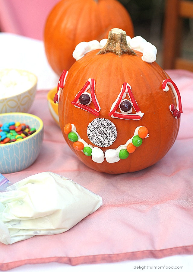 Easy halloween pumpkin decorating for Simple pumpkin centerpieces
